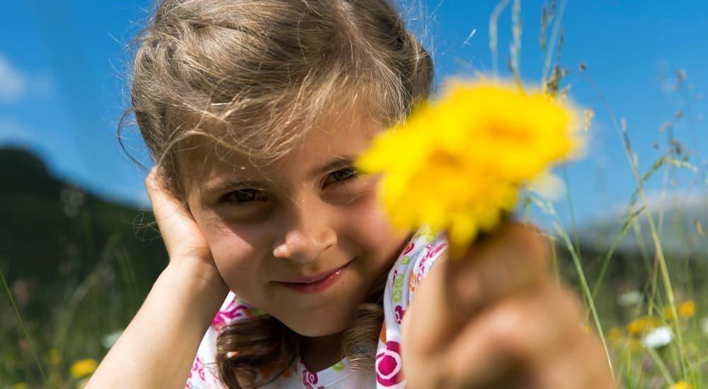 2019 Kind mit Blume Sommer Helmuth Rier