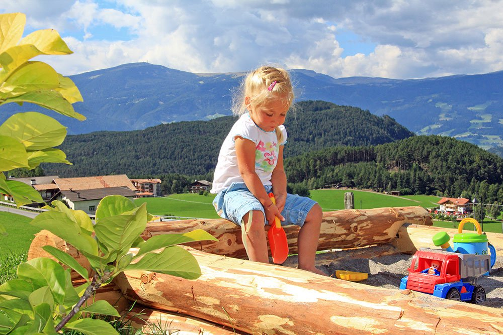 Kinder dürfen derweil unseren gut ausgestatteten Spielplatz entdecken und sich dabei richtig austoben